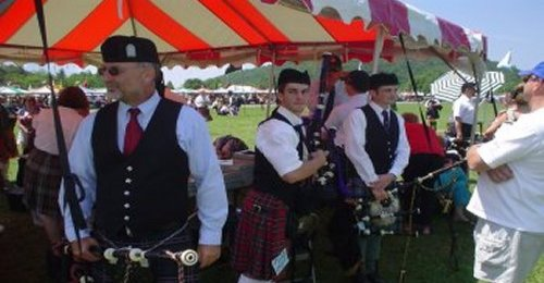 bagpipeCompetitorsWaiting